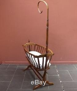 Berceau ancien / bercelonnette en hêtre de style Art-Nouveau / lit de bébé