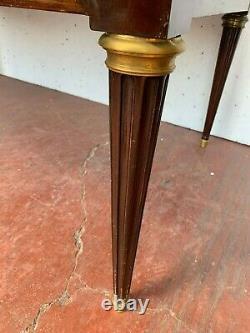 Bureau plat a tirettes de style Louis XVI en acajou Dessus cuir XX siècle