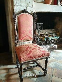 Une Paire De Chaises De Style Gothique